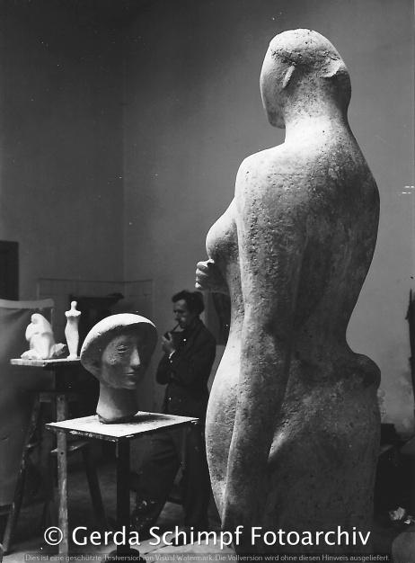 Im Atelier des Bildhauers Bernhard Heiliger, Büste von Gerda Schimpf im Vordergrund, 1950er Jahre,